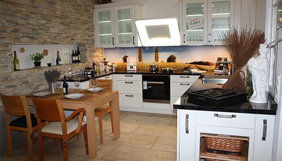 Küche mit Holztisch im Küchenstudio Waiblingen