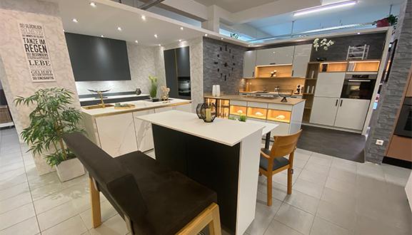 Weiße Küche mit Tisch im Küchenstudio Waiblingen