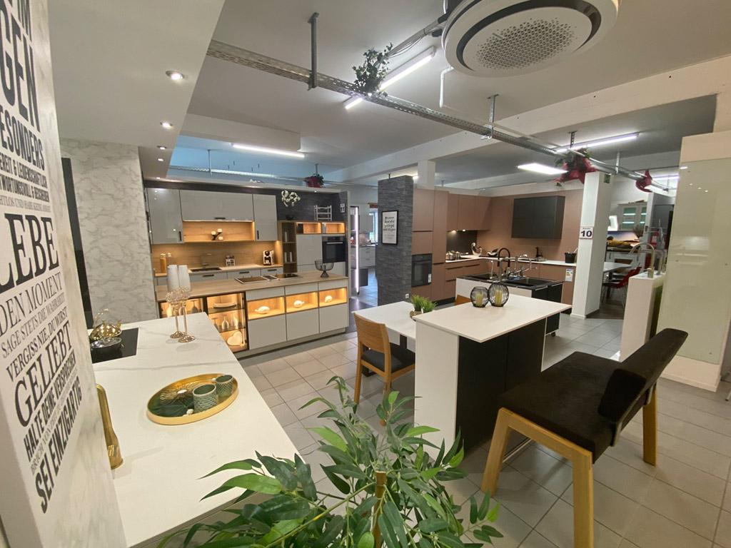 Moderne, weiße Küche im Küchenstudio Bohn in Winnenden